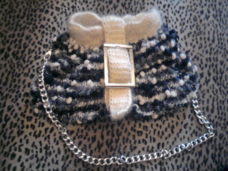 Женская сумка с цепью черно-белая
