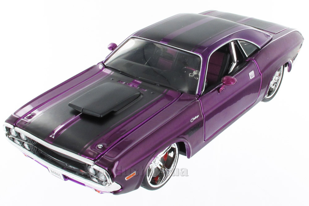 Автомодель 1970 Dodge Challenger Coupe 31014 purple Maisto